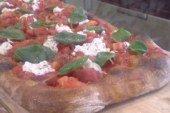 """Mani in pasta!  """"pizza pomodoro, ricotta e basilico"""""""