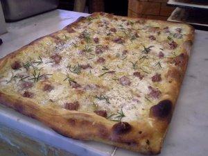 PIZZA IN TEGLIA CON FARINA DI GRANO DURO CON SALSICCIA PATATE E ROSMARINO
