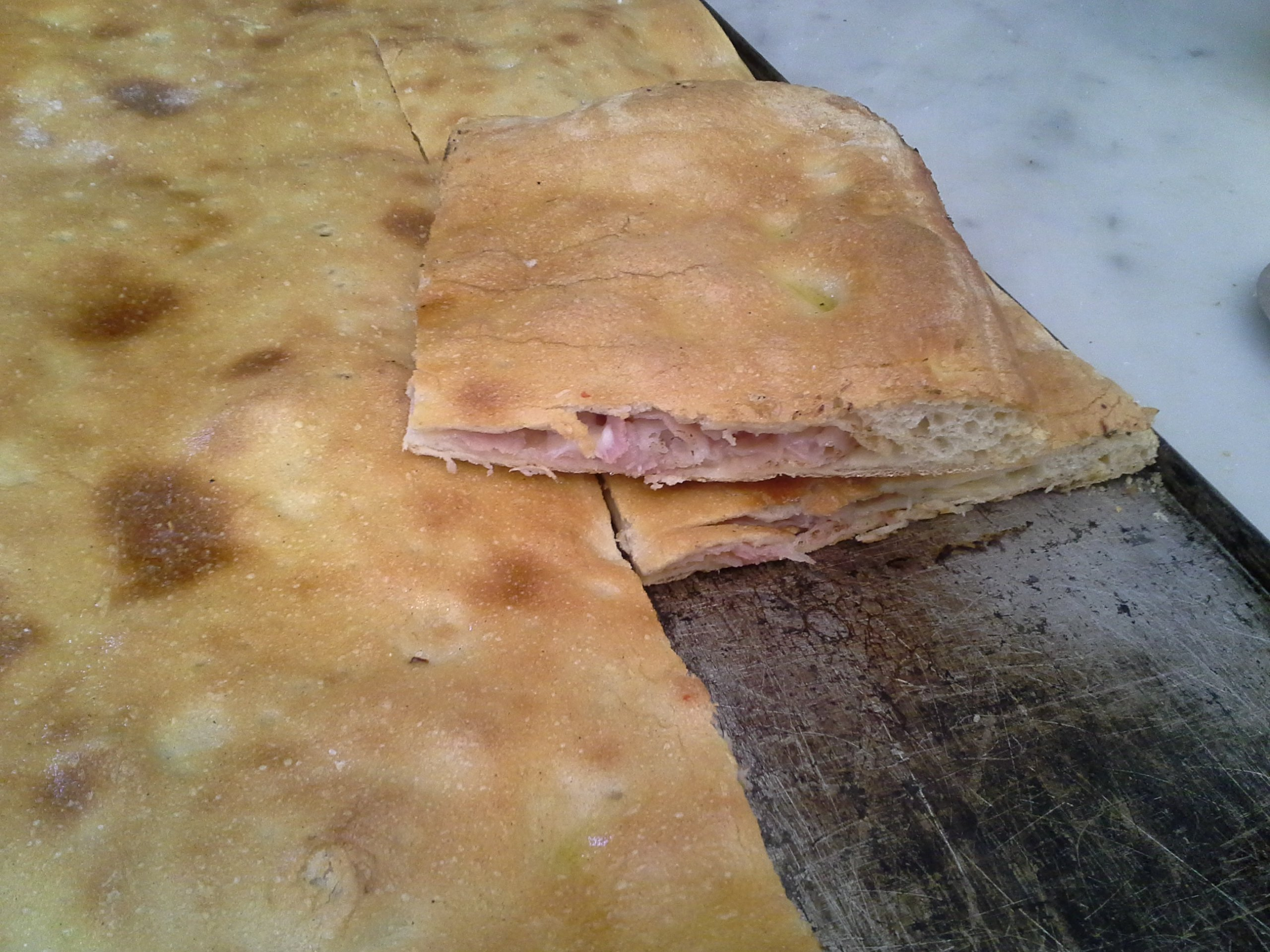 Mani in Pasta - FOCACCIA RIPIENA CON PROSCIUTTO COTTO E MOZZARELLA