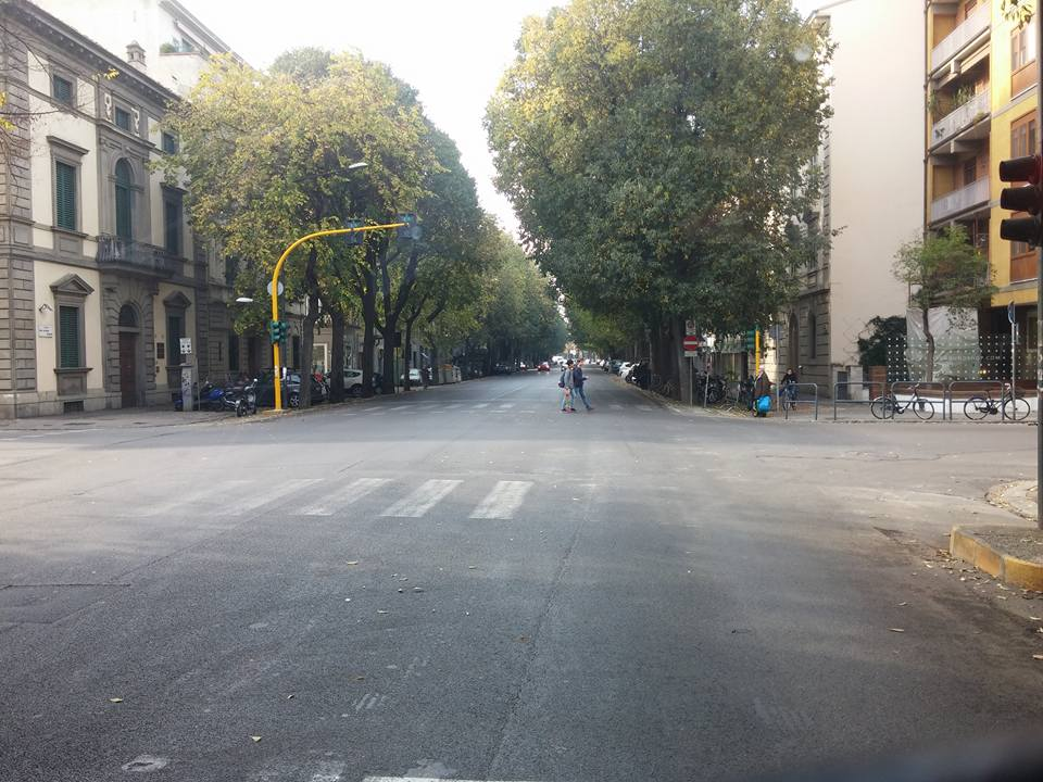il traffico a Firenze nel Papa-Day. Là in fondo un paio di zombi.