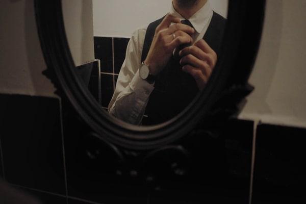 La faccia nello specchio